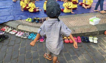 Nghệ thuật marketing siêu đẳng nhìn từ chuyện cậu bé lượm ve chai xếp giày cho bạn